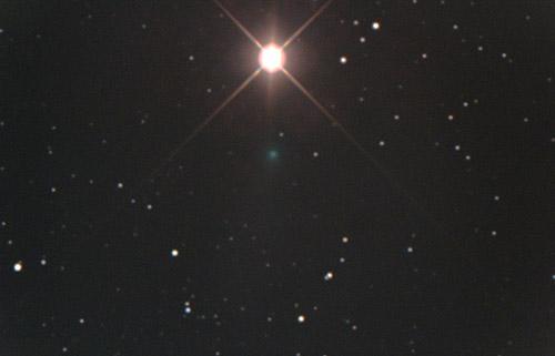 A kitörésben levő Finlay-üstökös a Mars szomszédságában, Szitkay Gábor felvételén.