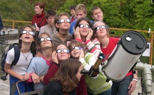 Szemünk védelme érdekében a fogyatkozást biztonságos napfogyatkozás-néző szemüveggel figyeljük!
