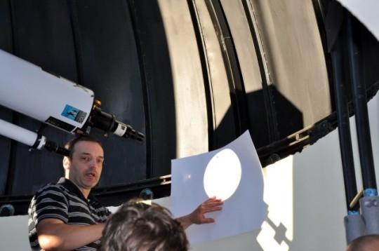 A Nap kivetítése a Polaris Csillagvizsgálóban. A kivetítés is biztonságos megfigyelést nyújt, azonban a kivetítéshez használt lencsében ne legyen műanyag alkatrész!