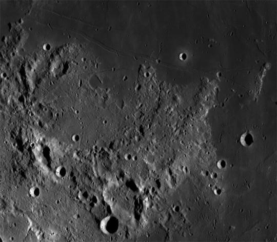 A Hypatia-kráter és a Hypatia-rianás az LRO (Lunar Reconnaissance Orbiter) felvételén.