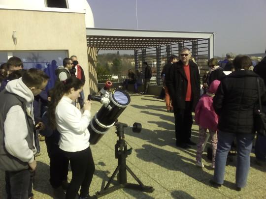 Érdeklődők és amatőrcsillagászok a Balaton Csillagvizsgáló bemutatóján.