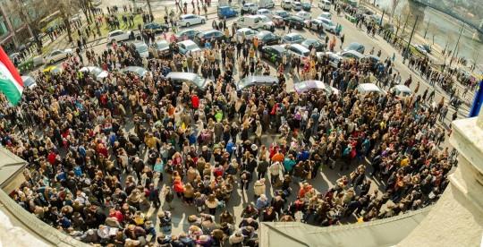 Az MTA székházánál tartott napfogyatkozás-bemutató résztvevői (Kuli Zoltán felvétele).