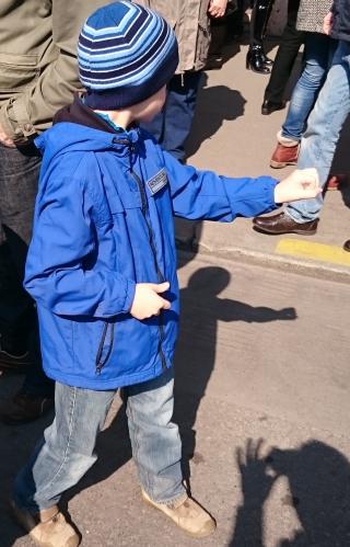 """Egyik látogatónk, Pálos Csaba fényképezte le, amint kisfia felfedezi a """"kézi lyukkamerát""""."""