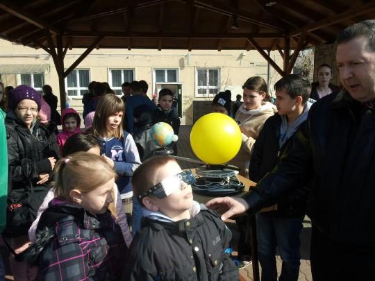 Várhegyi Péter a Kassa utcai általános iskolában tartott bemutatót.