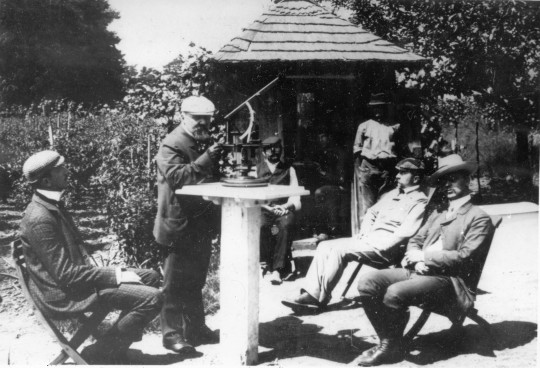 Konkoly Thege Miklós és észlelőtársai Nagytagyoson, 1905-ben. Középen az akkortájt használt meteoroszkópot láthatjuk.