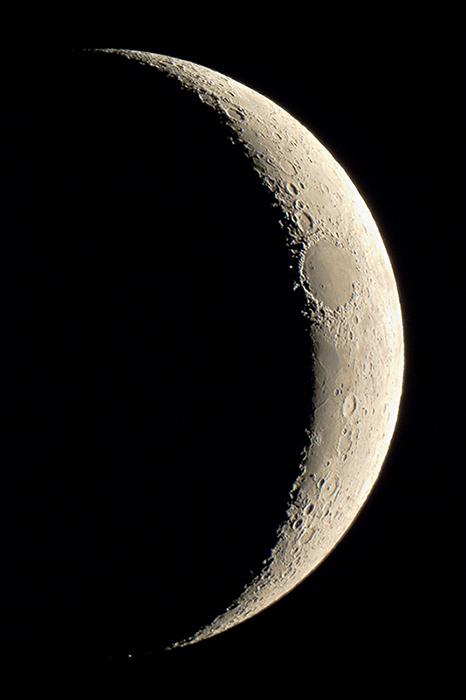 Ezt a gyönyörű felvételt március 23-án készítette Szitkay Gábor a három napos holdsarlóról (valamivel több mint három nappal a nevezetes napfogyatkozás után - amikor természetesen újhold volt). Hasonló fázisban április 21-én láthatjuk kísérőnket.