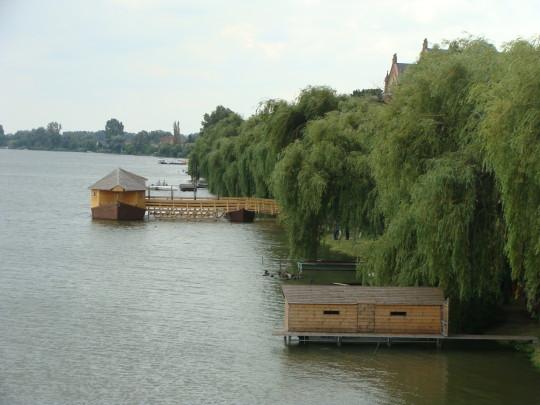 A ráckevei Duna-part a rekonstruált hajómalommal.