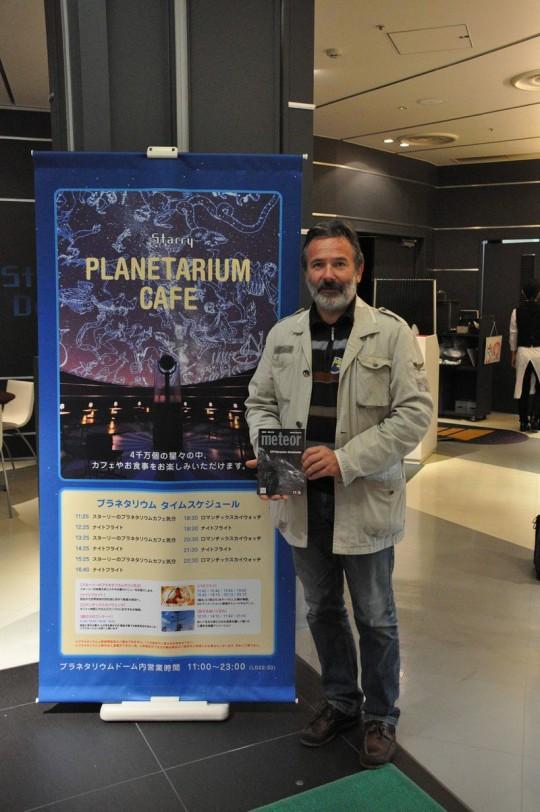 Hegedüs Tibor a tokiói planetárium előcsarnokában (Japán).