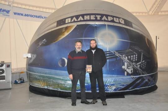 Hegedüs Tibor és Szing Attila egy szentpétervári planetárium-kiállításon (Oroszország).