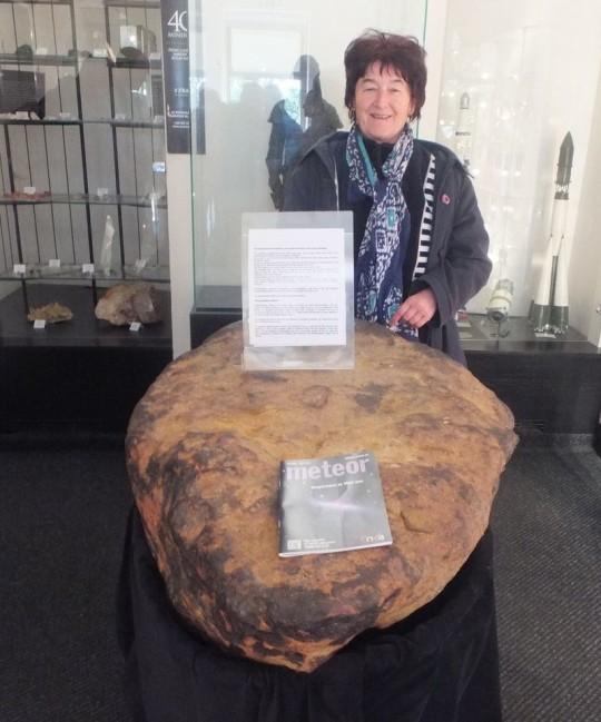 Keszthelyiné Sragner Márta a prágai Stefanik Csillagvizsgálóban őrzött meteorittal és a Meteorral (Csehország).