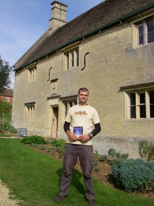 Kiss Csongor Angliában, Isaac Newton egykori lakóházánál, Colsterworth-ben.