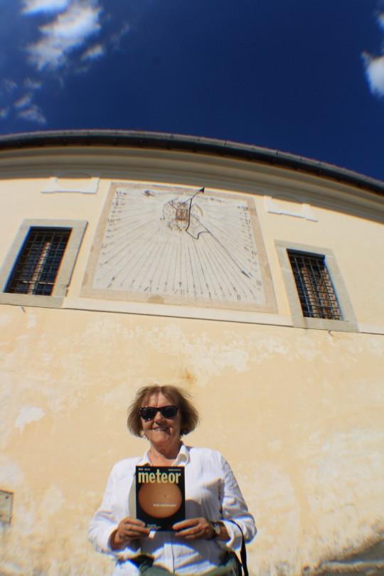 Székács Vera Trisultiban, a cisztercita kolostor napórájával (Olaszország).