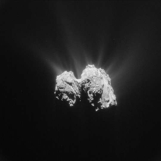 Közelkép a Churyumov-Gerasimenko-üstökösről (a Rosetta felvétele).