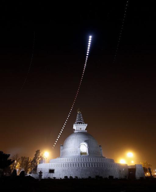 Chander Devgun felvételsorozata a 2011 nyarán lezajlott holdfogyatkozásról (Delhi, India)