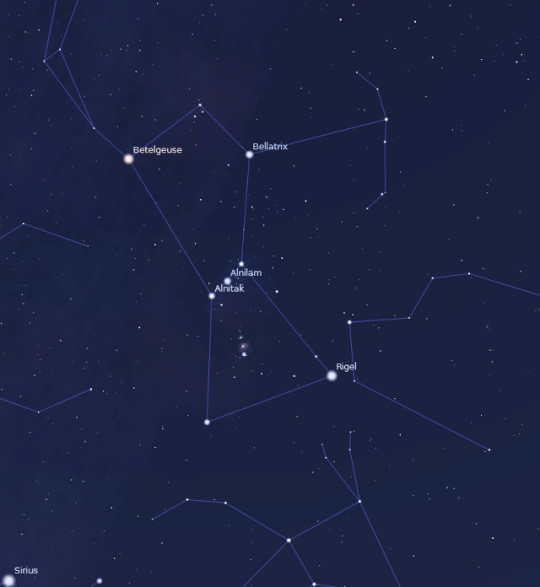 A holdfogyatkozás alatt megfigyelhető Orion csillagkép, az öv három csillaga alatt a híres Orion-köddel. Bal alsó sarokban az égbolt legfényesebb csillaga