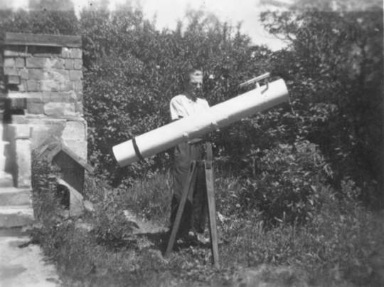 Amatőrcsillagász és távcsöve valamikor a 40-es években. Antikváriumi könyvből előkerült fénykép - hogy kit ábrázol, nem ismeretes.