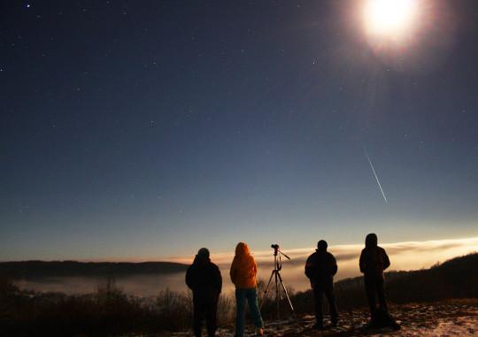 Biró Zsófia és észlelőtársai a ködpaplan fölé nyúló Mátrából figyelték a Geminidákat 2013 decemberében.