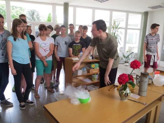 2015-ös ifjúsági táborunkat a Hortobágyi Nemzeti Parkban tartottuk. Ezen a képen az ATOMKI egyik kutatója mutat be kísérletet a gyerekeknek. A tábort Kiss Áron Keve vezette, Mayer Márton és Szűcs Mátyás voltak a segítői.