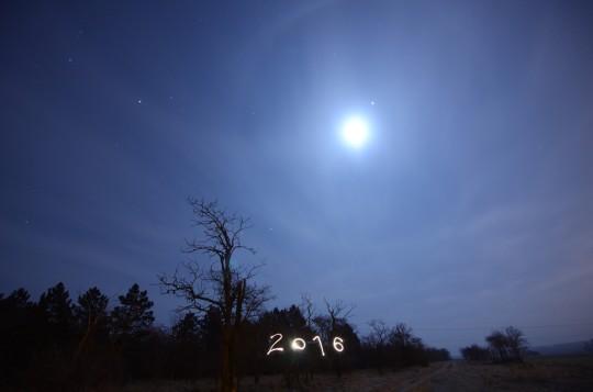 A második képen az új évszám fényfestve, plusz a holdhaló (később szebb lett).