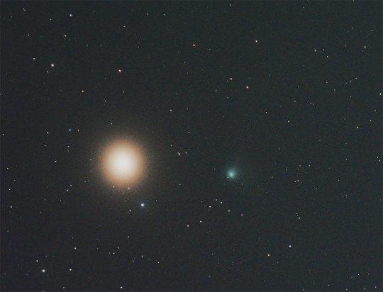 Egyúttal az is, hogy a Catalina csóvájából gyakorlatilag semmi se fog látszani, ám mégse volt rossz: a cirrusz az Arcturus köré szép vörös pártát varázsolt, felerősítve a csillag természetes színét, s a zöld üstökössel igazán csinosak voltak együtt! A párosról a kép 300 mm-es objektívvel készült, 7 perc 30 másodperc fotója összegezve, kivágat.