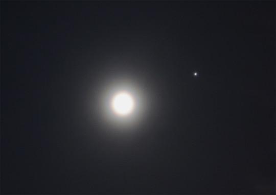 A Hold és a Jupiter kettőse: a Hold körül is volt egy ideig koszorú (amellett, hogy gyakorlatilag végig holdhaló is akadt).