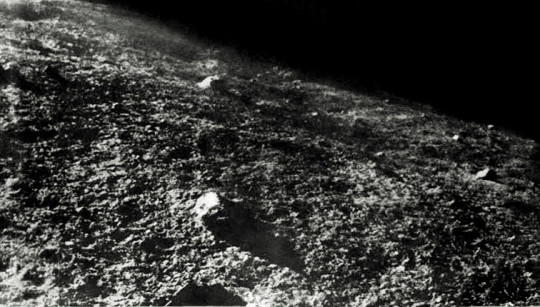 A Luna-9 felvétele a Hold felszínéről alacsony napállás mellett készült.