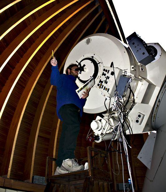 Táborvezetőnk, Kis Áron Keve bolygóészlelés közben, az ország legnagyobb távcsövénél (Piszkés-tető).