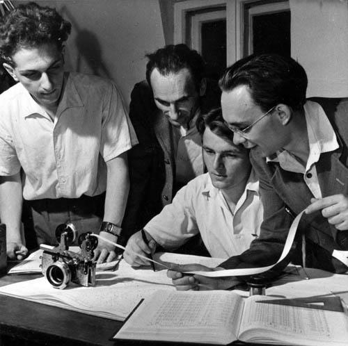 Fejes Imre, Fekete Gyula, Székely Csaba és Bartha Lajos (a Meteor első szerkesztője) ékfotométer mérési szalagját vizsgálja.