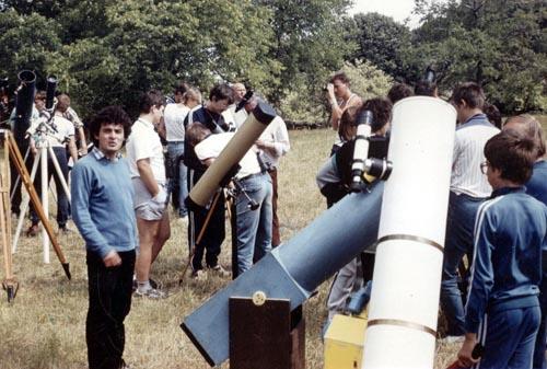 Amatőrök és távcsöveik a Meteorról elnevezett első észlelőtáborban, a Meteor '88-on.