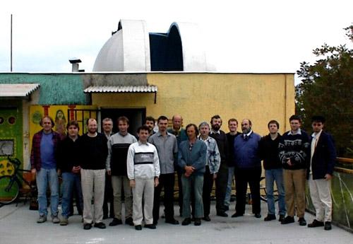Szerkesztőségicsoportkép 2001 májusában (balról jobbra): Mizser Attila(főszerkesztő), Heitler Gábor (számítástechnika), Tepliczky István(szerkesztő), Iskum József (Nap), Ladányi Tamás (kettőscsillagok),Kocsis Antal (Hold), Gyarmati László (meteorok), Rózsa Ferenc(távcsőépítés), Hollósy Tibor (bolygók), Berkó Ernő (mély-ég),Keszthelyi Sándor (csillagászattörténet), Kolláth Zoltán (szerkesztő),Sárneczky Krisztián (üstökösök), Csaba György Gábor (szerkesztő),Kereszturi Ákos (csillagászati hírek), Kiss László (változócsillagok),Szabó M. Gyula (Messier-objektumok)