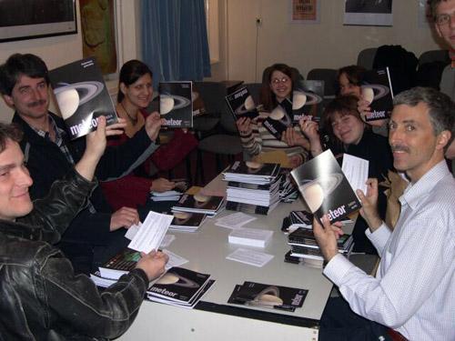 Meteor-postázás 2005 áprilisában, a Polaris Csillagvizsgálóban. A postázás istársadalmi munkában történik, akárcsak a lap szerkesztése