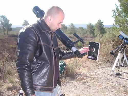 Szabó Barna a Meteor 2005. szeptemberi számára vetíti ki a fogyatkozó Nap képét
