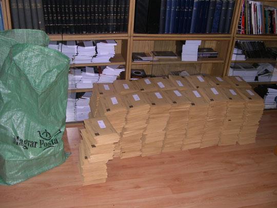 Csendéleta Polarisból. Postázásra várnak a Meteor 2006/12. számának példányai és2007-es Csillagászati évkönyvek (a postazsákokban)