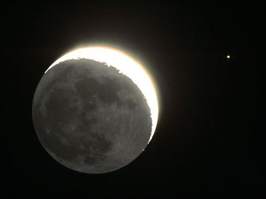 A Hold és az Aldebaran együttállása 2015. április 21-én, az esti égen, Hadházi Csaba felvételén.