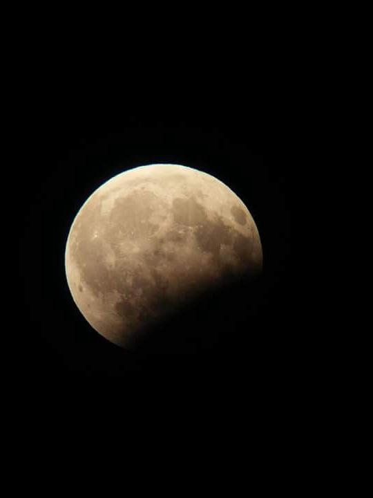 A holdfogyatkozás 19:15 UT-kor Benei Balázs felvételén.