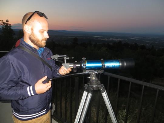 Benei Balázs és 72/500-as, magyar gyártmányú Unioptik-refraktora. Mobiltelefonnal is kiváló képek készültek a jelenségről.
