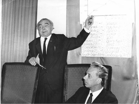 Kulin György a CSBK 1972-es székesfehérvári találkozóján ismerteti a mozgalom fejlődését. Az előadásban minden bizonnyal a háttérben látható grafikonra utal. Jobbra Ponori Thewrewk Aurél foglal helyet. (Párniczky József felvétele)
