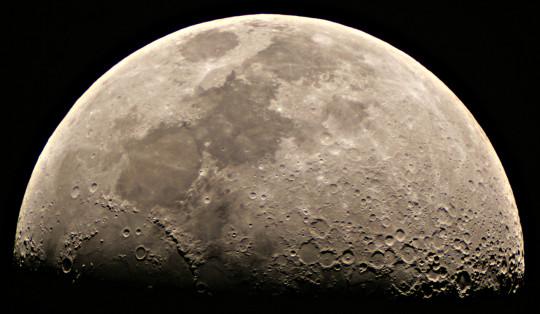 A Hold első negyedben a Polarisból, Tóth Imre felvételén.