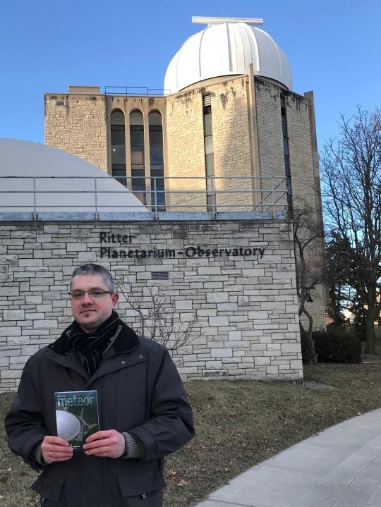 """Ropoli László: """"Munkám során időnként lehetőségem van távolabbi tájakra is eljutni. Immáron 18. éve a Magyar Csillagászati Egyesület tagjaként ezen utazásaimra egy ideje elkísér a METEOR aktuális száma is. Múlt héten munkám az Egyesült Államokba szólított, ahol egy Detroit-i (Michigan állam) érkezést követően Ohio államban töltöttem pár napot."""" Ez idő alatt sikerült rövid látogatást tennem Ohio állam negyedik legnépesebb városába, Toledo-ba (https://hu.wikipedia.org/wiki/Toledo_(Ohio)), ahol megtekinthettem a Ritter Planetárium és Obszervatórium létesítményét (Ritter Planetarium - Observatory) mely a Toledo-i egyetem területén található (http://www.utoledo.edu/nsm/rpbo/).   A látogatás során természetesen elkészült a létesítmény előtti """"közös kép"""" is, a METEOR 500. jubileumi számával a kezemben."""