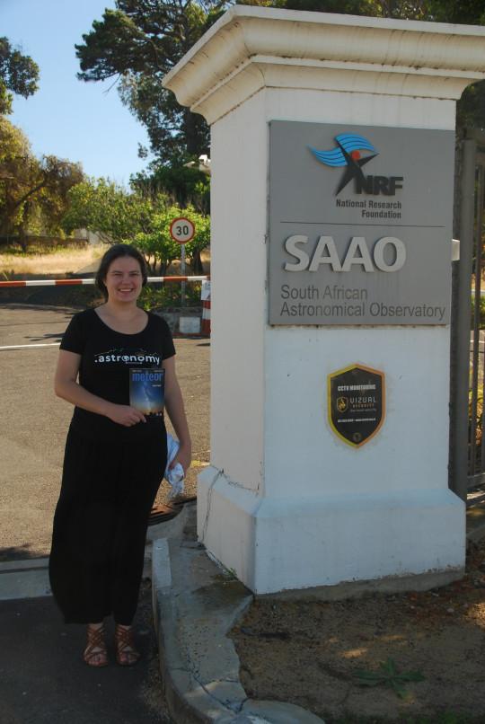 Sipőcz Brigitta Dél-Afrikában, a SAAO bejáratánál.