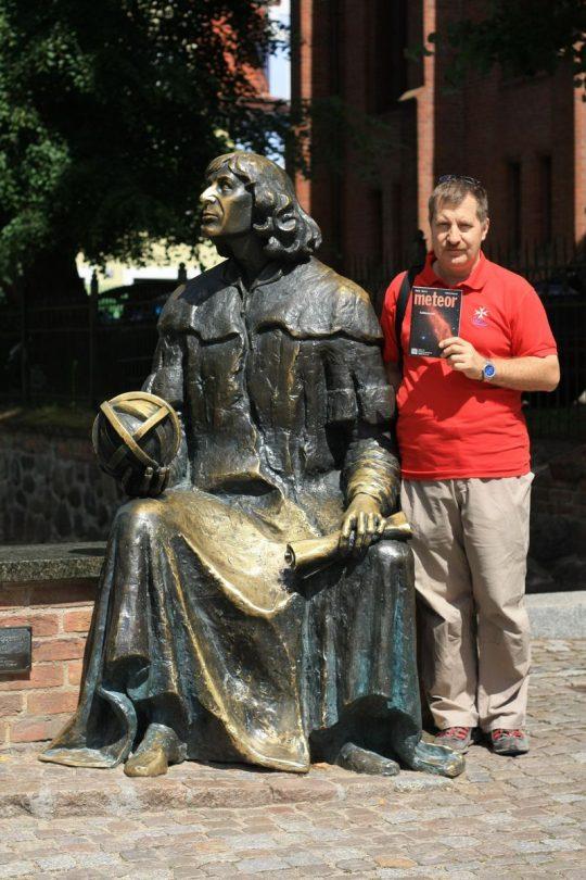 Juhász László Olsztynban, a Kopernikusz-szoborral.